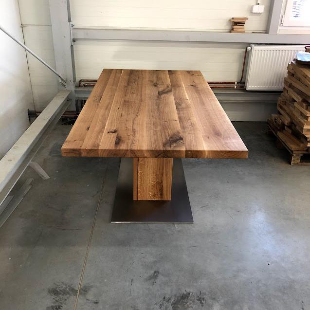 Masivní jídelní stůl se zajímavě řešenou nohou