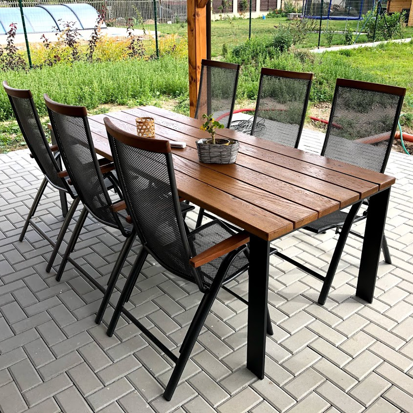 Designový zahradní stůl s nohami z ploché oceli