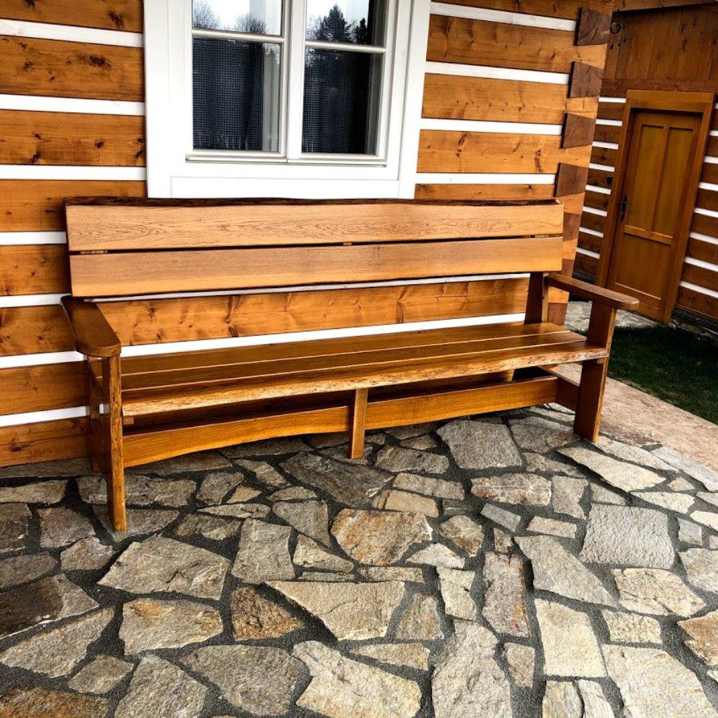 Zahradní lavice s područkami