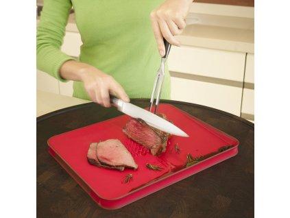 Cut&Carve™ Plus multifunkciós vágódeszka csúszásgátló sávval, nagy, piros