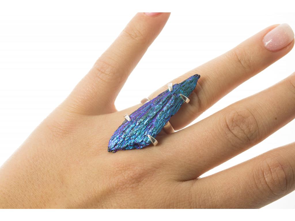 Stříbrný prsten s dobarveným kyanitem vel. 51