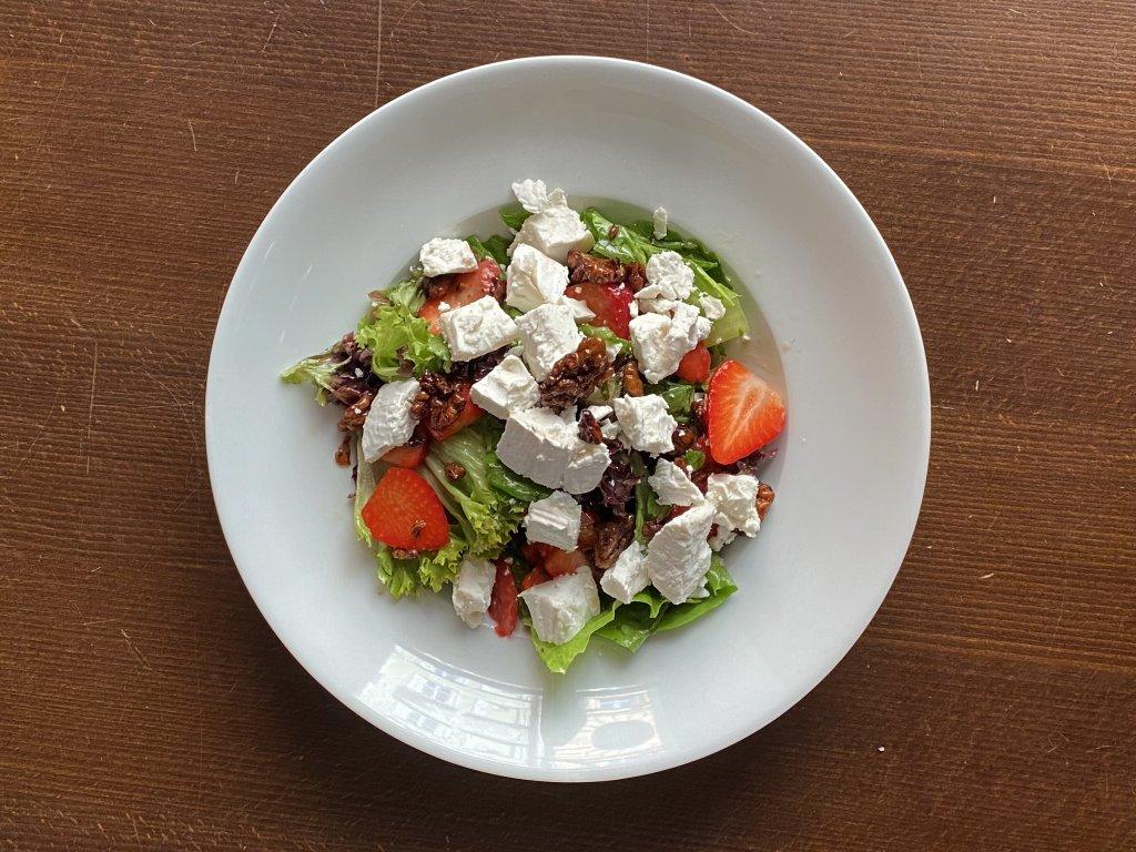 listovy-salat-s-kozim-syrem-lokal-u-bile-kuzelky