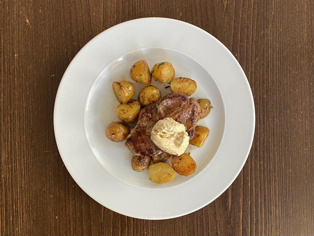 steak-z-presticke-krkovice-s-horcicnym-maslem-250-g-opecene-brambory-lokal-u-bile-kuzelky