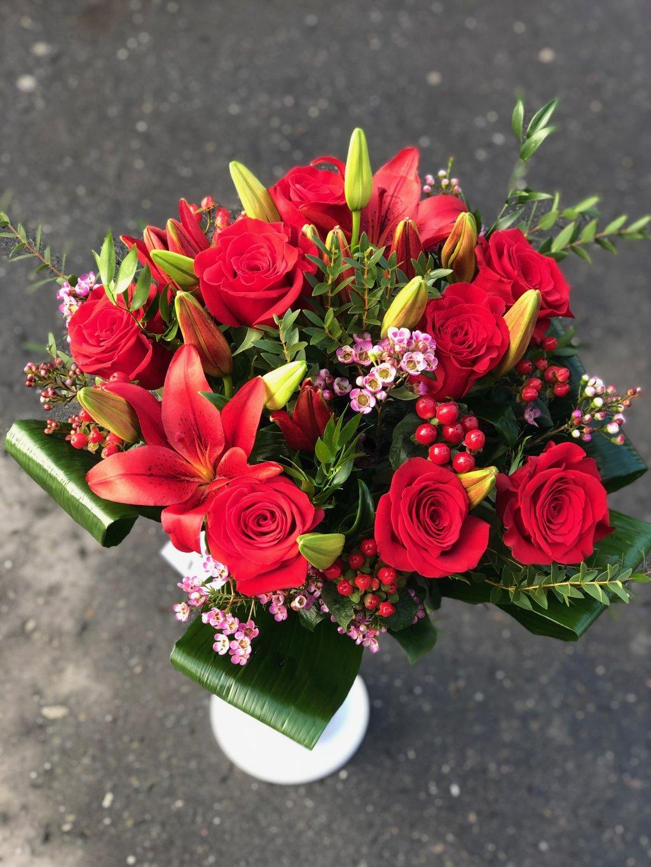 Kytice růží, lilií, ozdobené zelení
