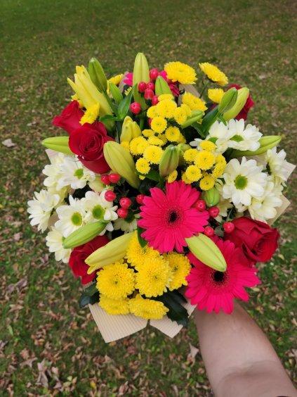 Růže, chryzantémy a lilie
