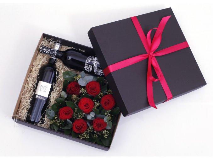 Květinová krabice s rudými růžemi v dárkové kazetě
