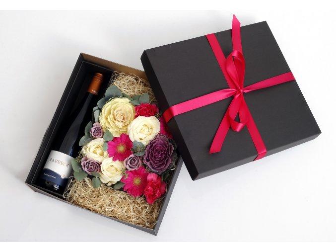 Květinová krabice s růžovými květy v dárkové kazetě