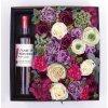 Květinová krabice s fialovými květy v dárkové kazetě