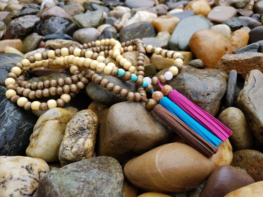 Salwa Sada náhrdelníků (dřevo, minerály, kůže)1