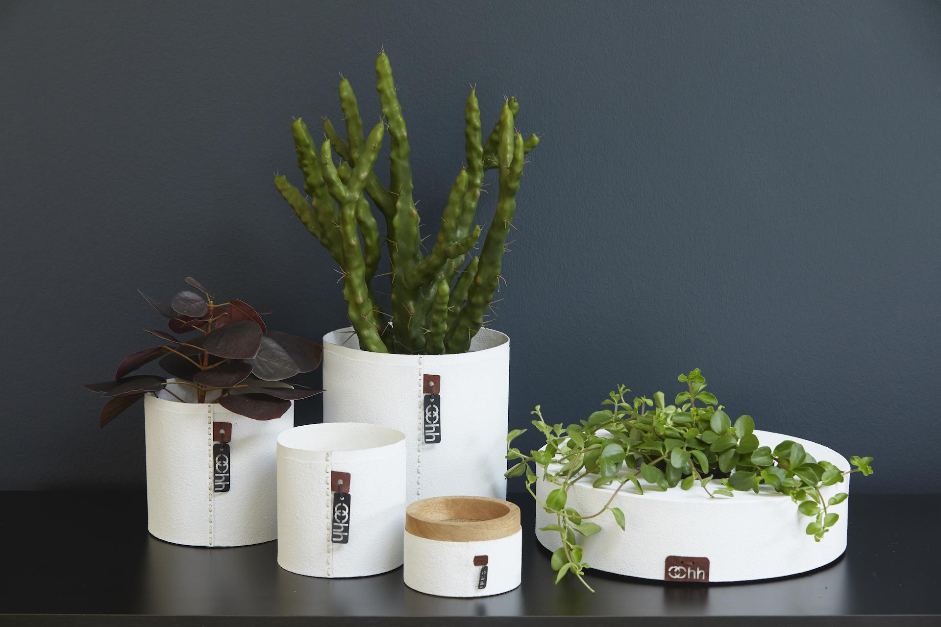 Květináče z recyklovaného papíru, ekologické tkaniny, z recyklovaných plastových sáčků a plastových lahví.