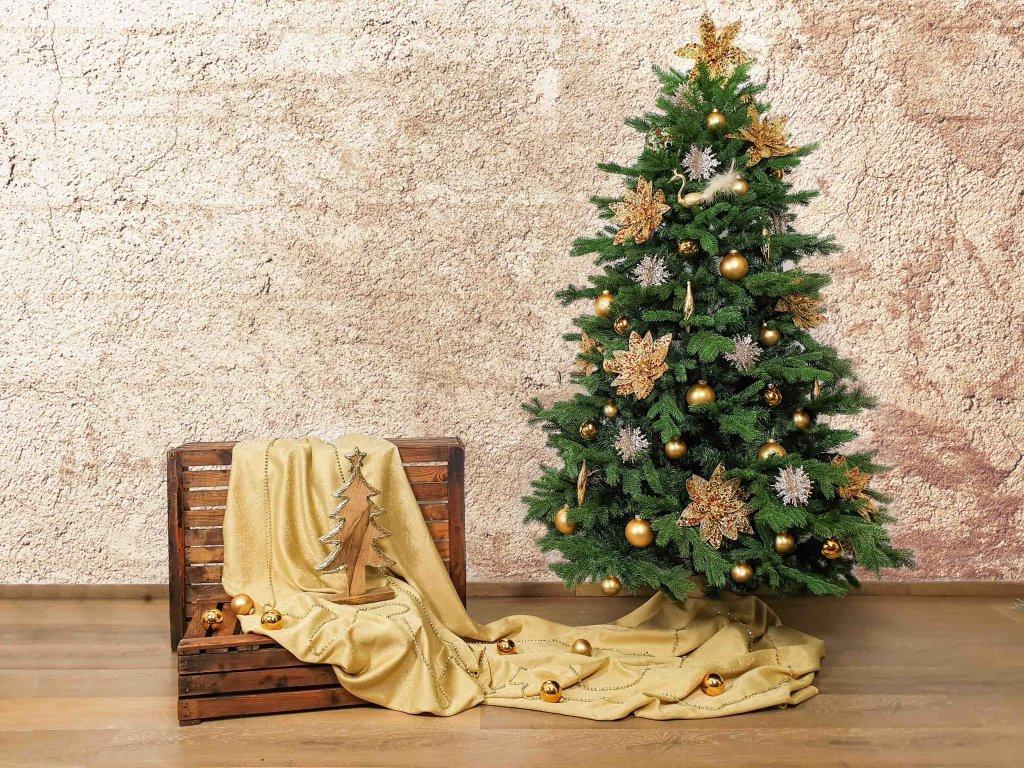 Vánoční stromek ozdobený VÁNOČNÍ HVĚZDY