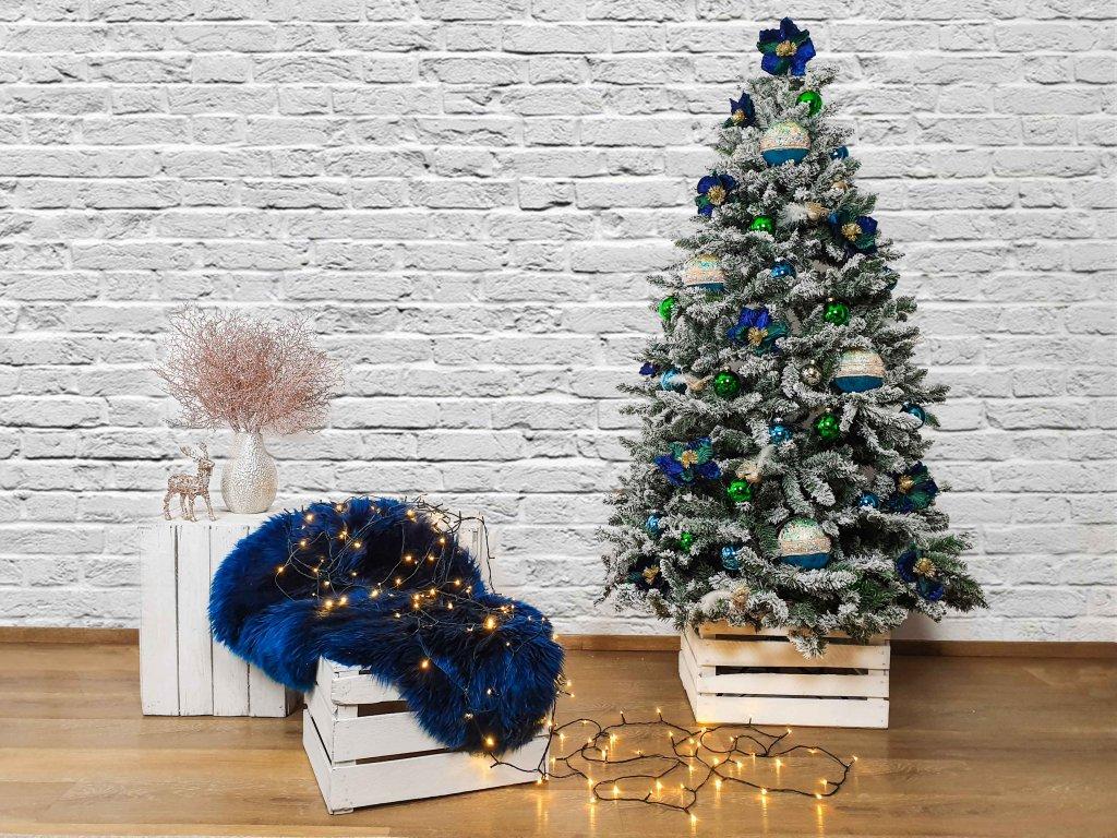 Vánoční stromek ozdobený HEDVÁBNÝ BROKÁT