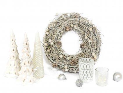Sada 6 ks dekorací: Věnec 27 cm, 2 ks svícnů ve tvaru stromku, svíčka ve tvaru stromku, svícen, svícen se svíčkou ve tvaru domečku