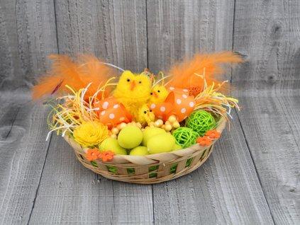 Slepice s kuřátkem v hnízdě žlutá