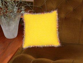 Polštářek pletený žlutý s chloupky