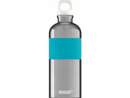 Stříbrná lahev SIGG s tyrkysovým pruhem pro pohodlné uchopení.