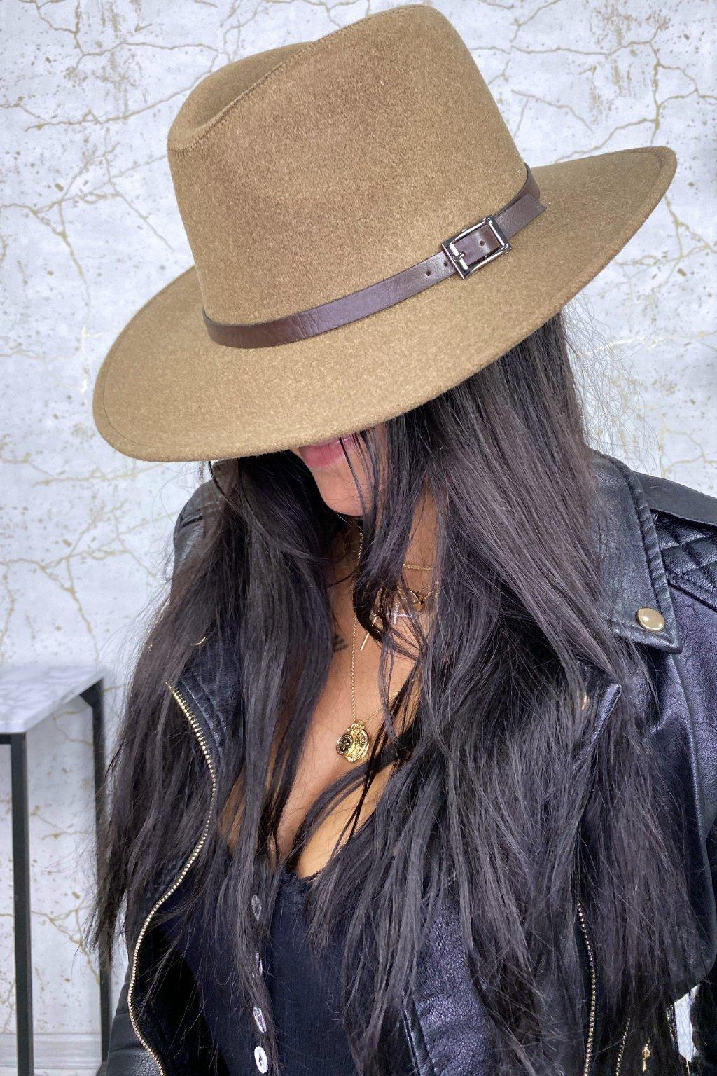 Cappuccino klobouk s hnědým opaskem