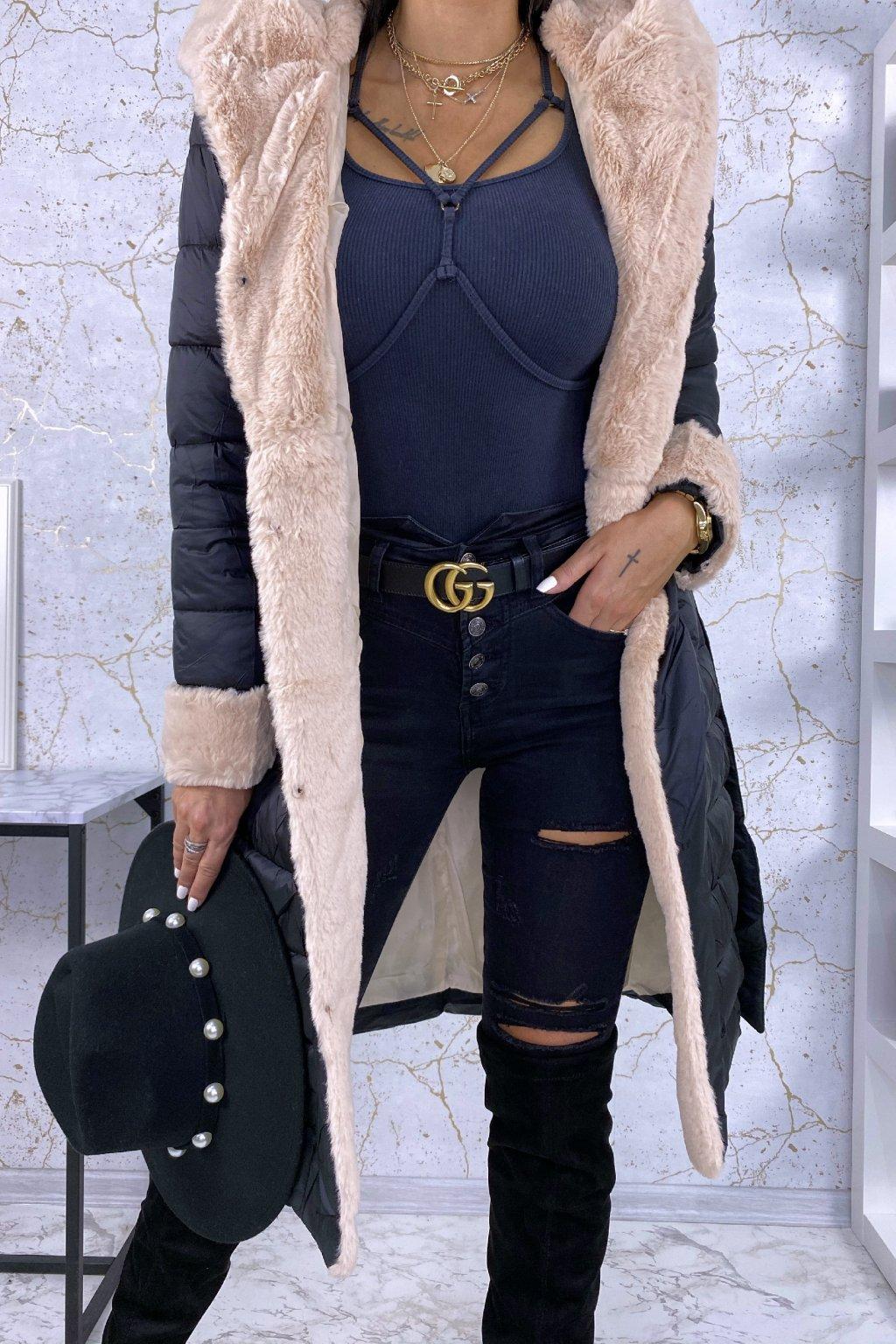 Černá bunda s béžovou kožešinou, kapucí a páskem