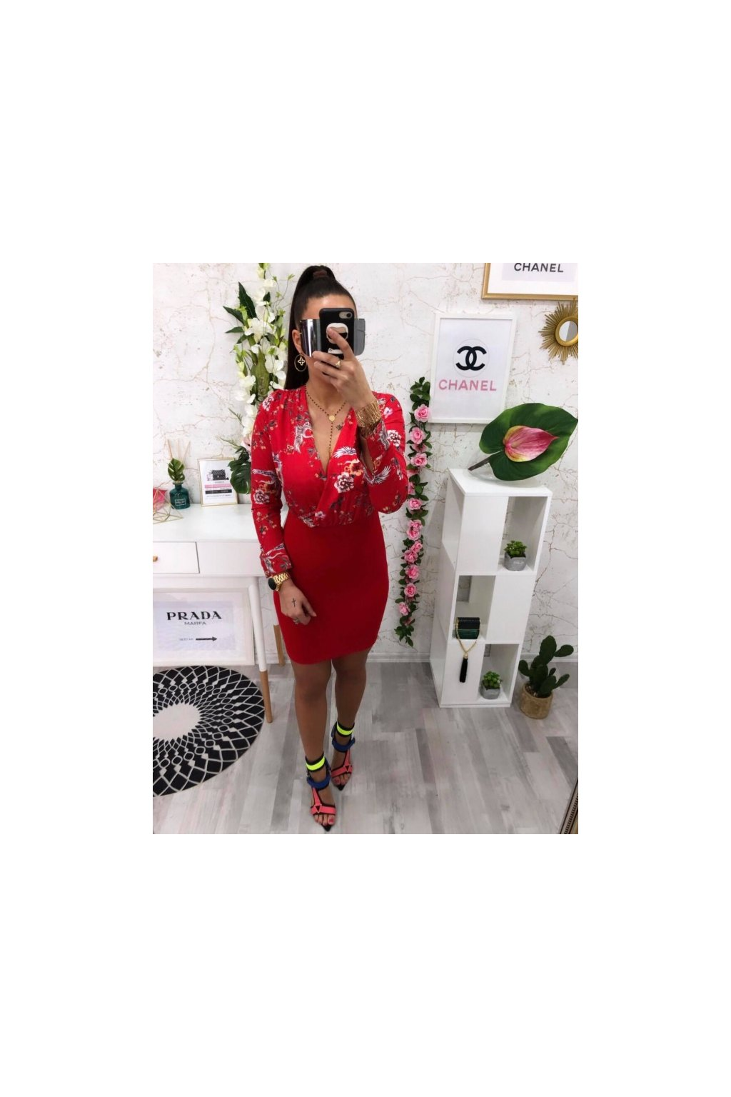 Červené květované šaty