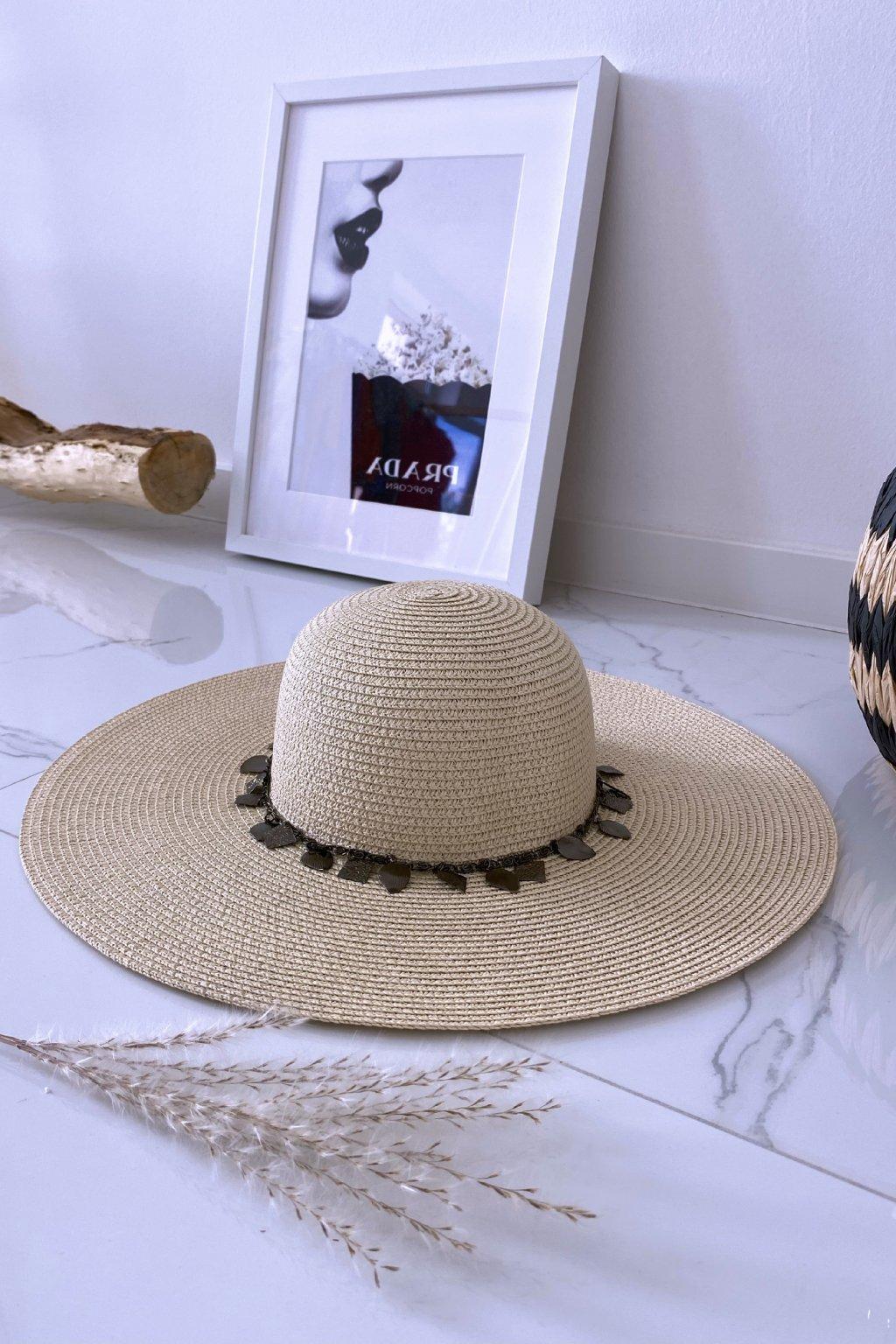 Béžový klobouk s řetízkem