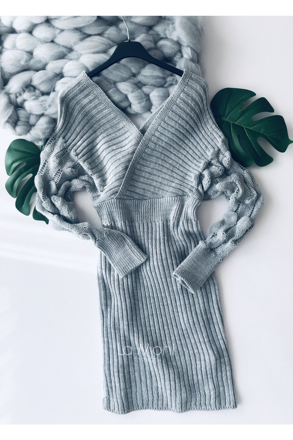 Zajímavé svetříkové křížené šaty