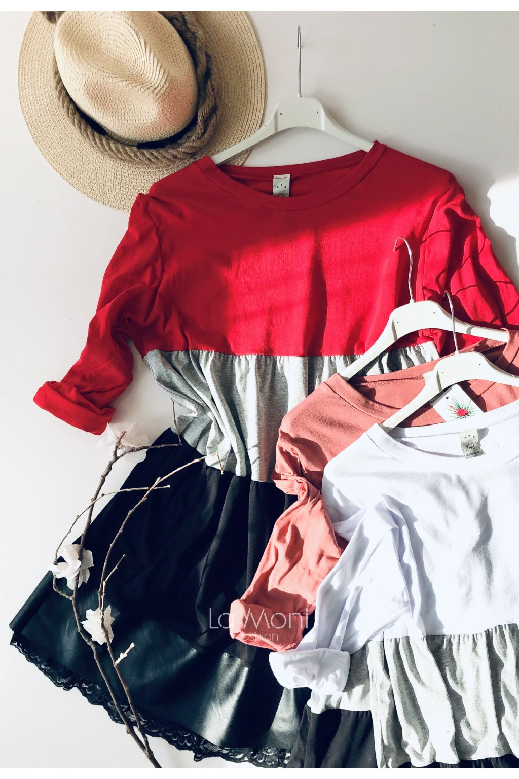 Šaty trojbarevné s volány