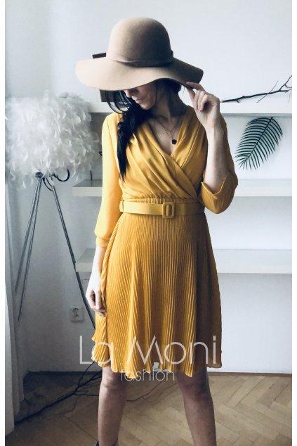 Top  šifonové plisované šaty s páskem