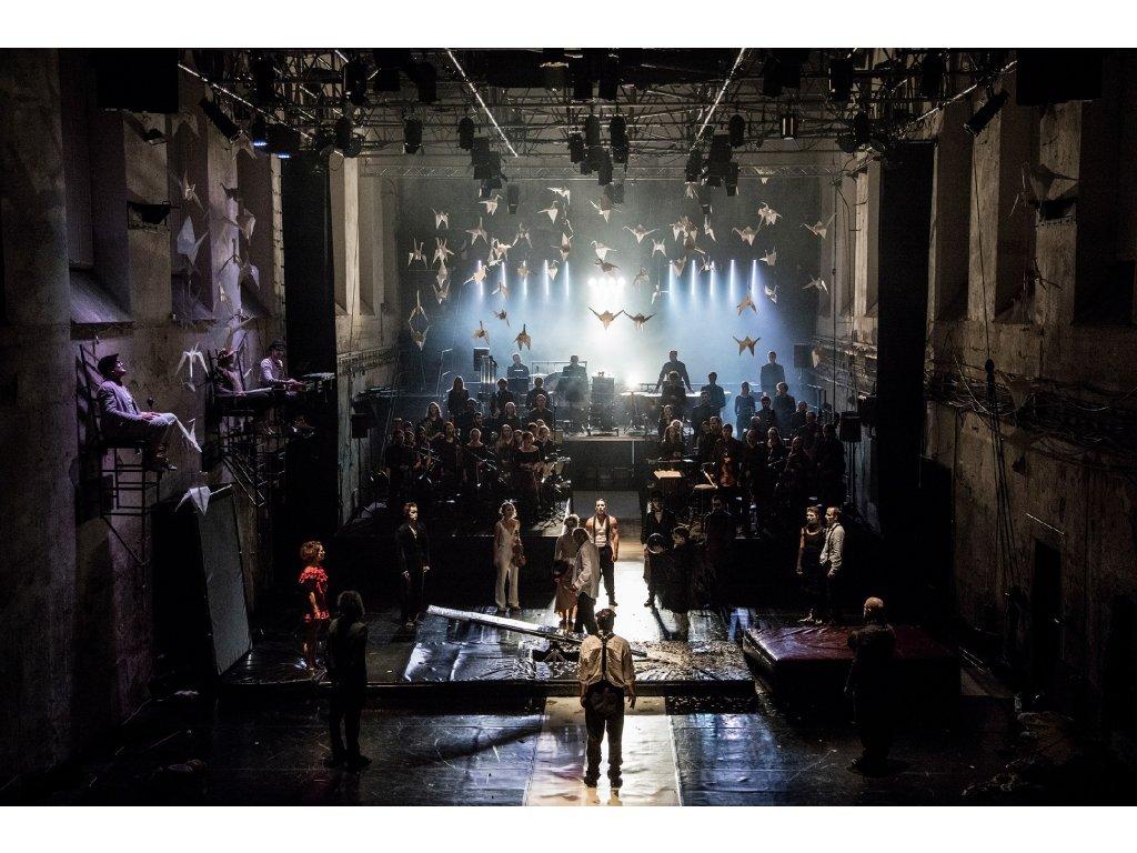 Velkoformátová fotografie z představení Up End Down Symphony