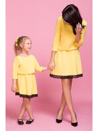Šaty s čipkou žlté