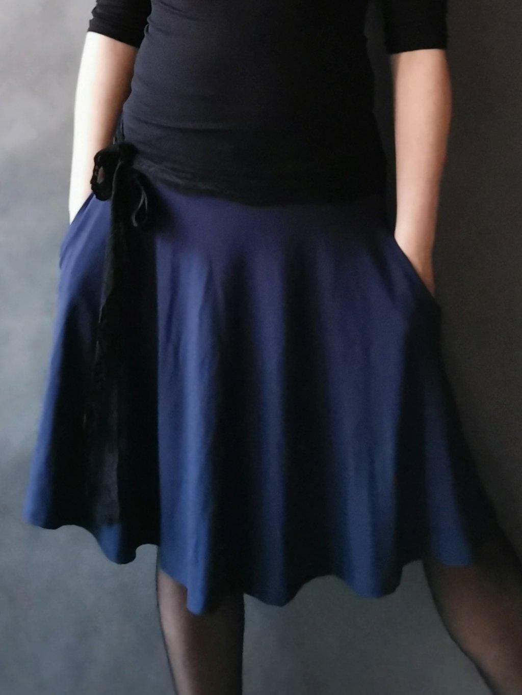Půlkolová sukně s kapsami Tmavě modrá