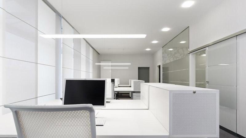 stropní LED osvětlení kanceláře