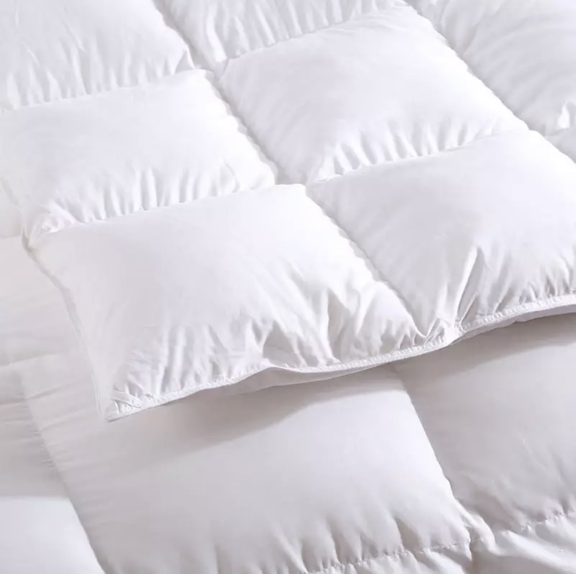 Kvalitní spánek? Péřová přikrývka jej umožní.