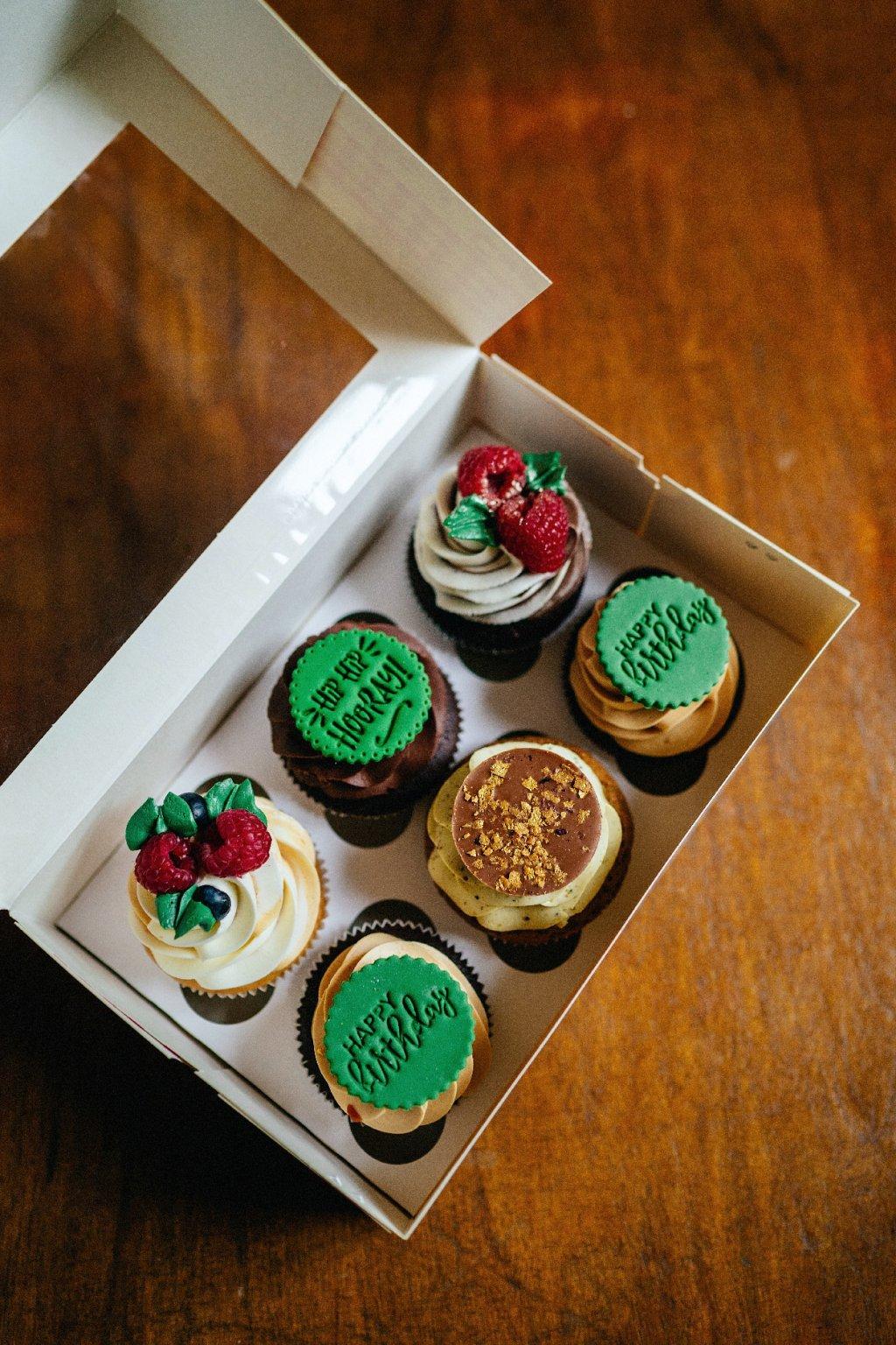 Zelené narozeninové 6 ks cupcakes (v krabičce)