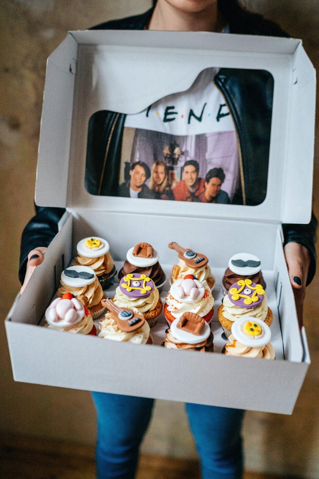 P.Ř.Á.T.E.L.É - 12ks cupcakes (v krabičce)