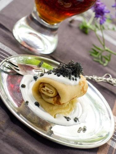 Tenké pohankové palačinky se zakysanou smetanou a kaviárem
