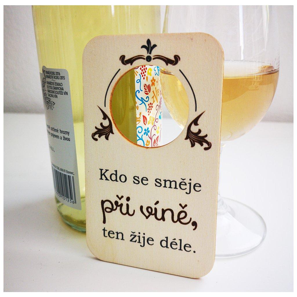 cedulka kdo se směje při víně