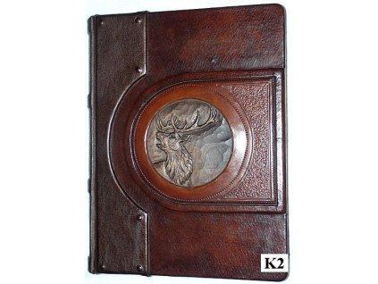 Kožená kronika s reliéfem jelena ve dřevě
