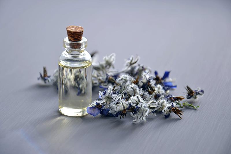 Esenciální olej pro aromaterapii s povzbuzením libida s afrodiziakálními účinky
