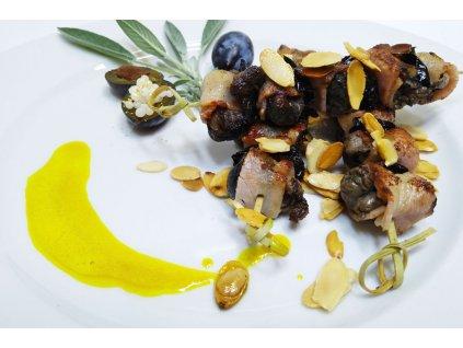 Romantická večeře při svíčkách v duhové hale levandulového údolí pro pár