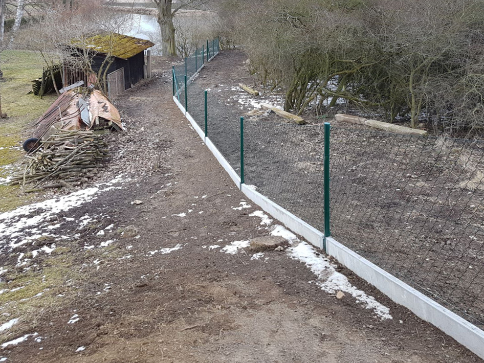 Pletiva Dobrý - Šťáhlavy, stavba pletivového plotu s podhrabovou deskou