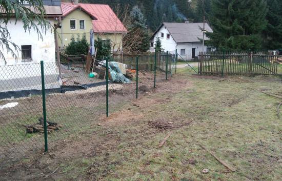 Pletiva Dobrý - Stavba plotu ve svahu