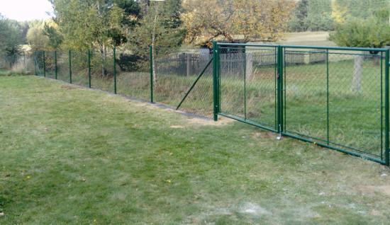 Pletiva Dobrý -Stavba plotu z pletiva s fólií pod plot proti prorůstání trávy