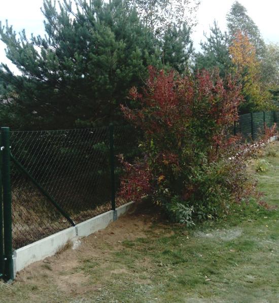 Pletiva Dobrý - plot z čtyřhranného pletiva s betonovými podhrabovými deskami