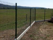 Montáž 3D zelených plotových panelů s podhrabovou deskou a brankou – Nýřany