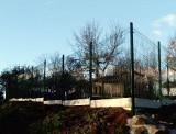 Montáž plotu ze svařovaných panlů ve svahu - Domažlicko