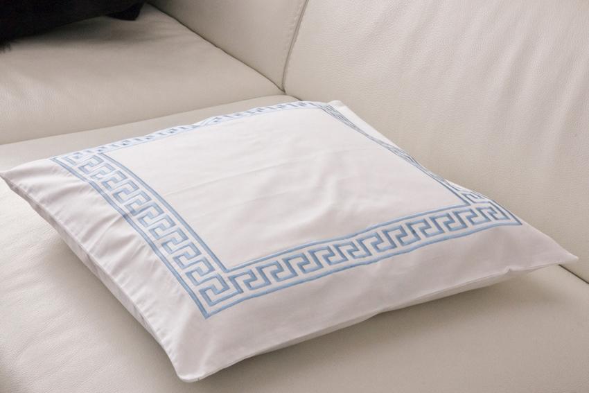 TipTrade s.r.o. Dekorační polštářek Greek Key - Bílý