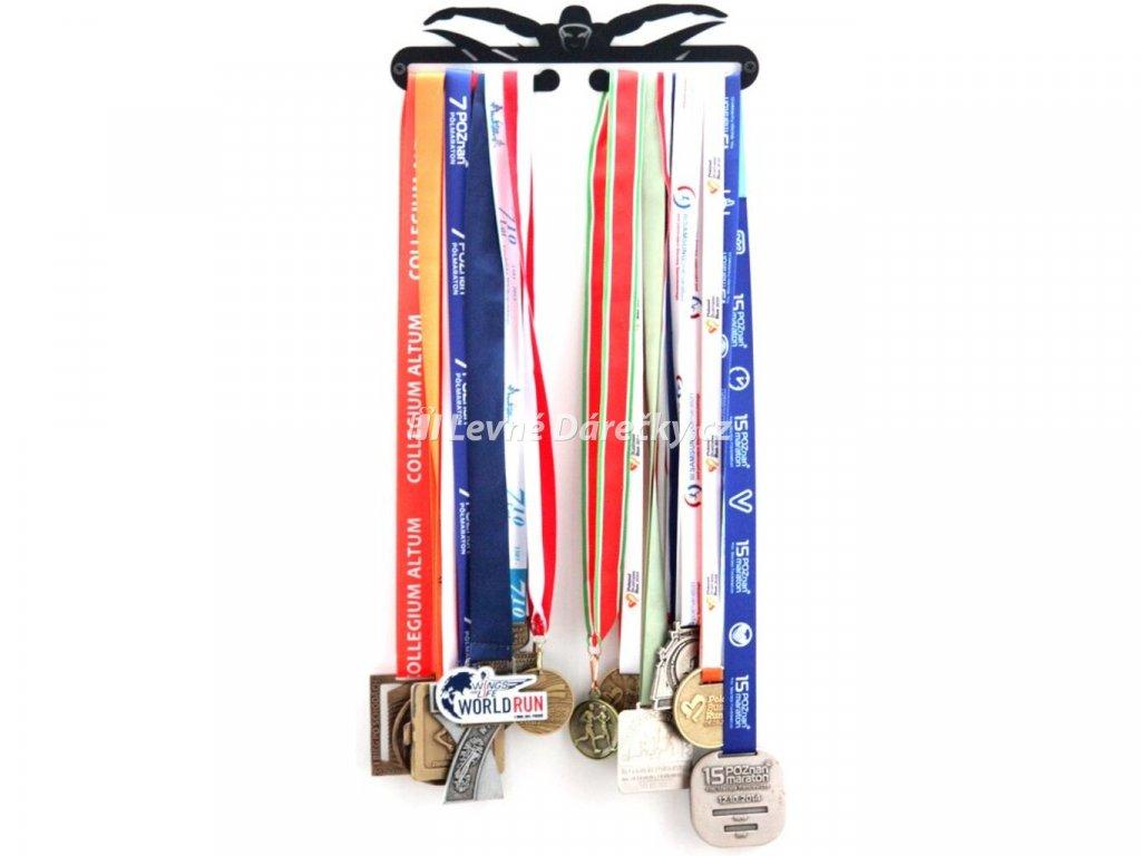 Věšák na medaile pro plavce