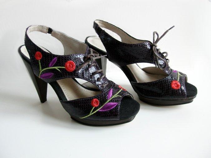 Pilar Abril sandále na podpatku 37