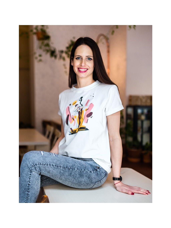 Žena v bílém kojicím tričku s ilustrací Shower, hair and make-up in less than 10 minutes