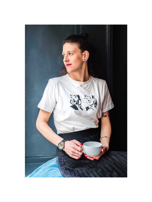 Žena v bílém kojicím tričku s ilustraccí Same same, but different